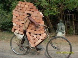 ziegelsteine-auf-fahrrad